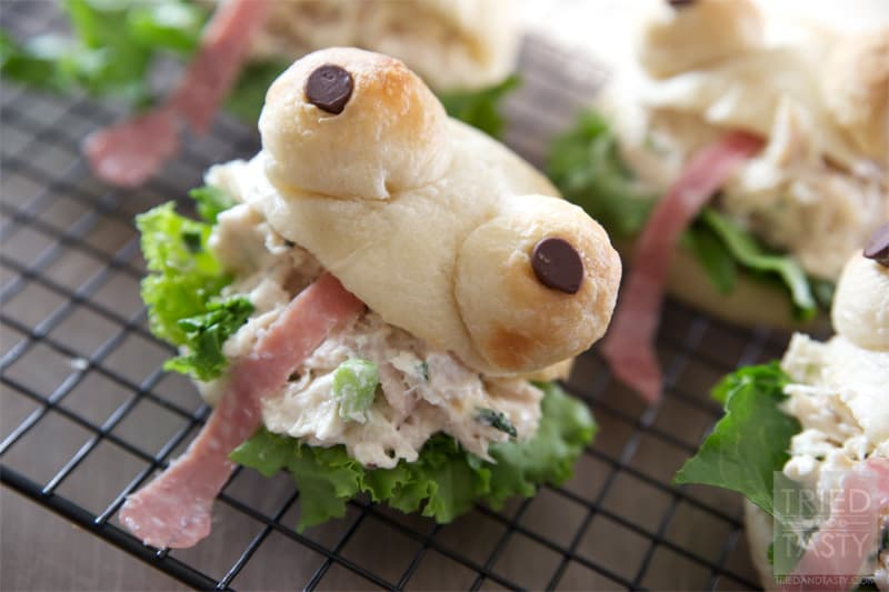 These frogs will be the hit of the school lunchroom! Transform a boring PBJ into this!